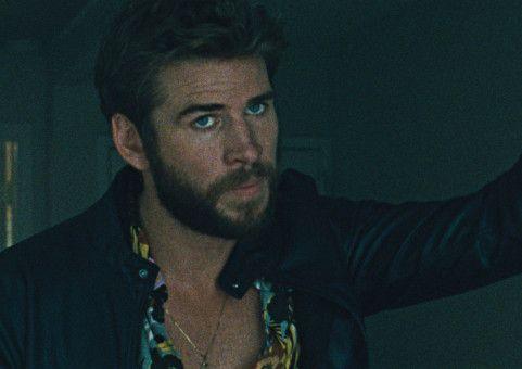 Moe (Liam Hemsworth) will das ganz große Geld machen. Doch der Plan geht schief.