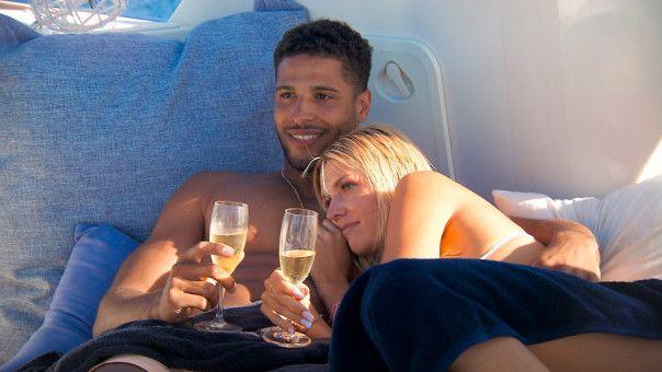 """Bootstrip mit Luxusjacht, Champagner und die """"Bachelorette"""" in deinen Armen – Kandidatenherz, was willst du mehr? David und Gerda kommen sich näher."""