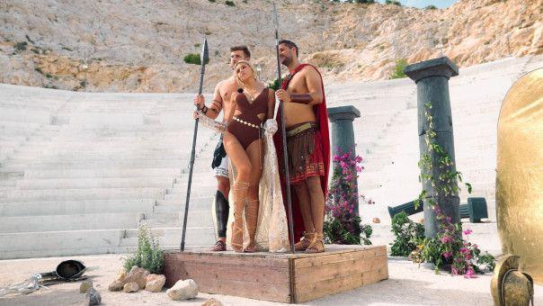 Gerda und ihre Männer posieren in antiken Kostümen.