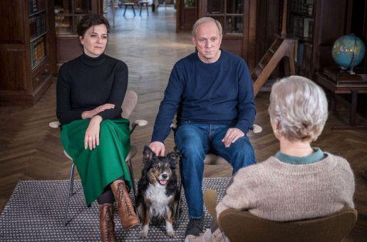 """Man will doch nicht nur toben, man will auch etwas verstehen: Doris (Martina Gedeck) und Georg (Ulrich Tukur) versuchen in """"Und wer nimmt den Hund?"""", sich in einer Paartherapie den Turbulenzen einer Trennung nach fast 30-jähriger Ehe zu stellen."""
