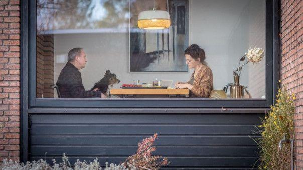 """Georg (Ulrich Tukur) eröffnet Doris (Martina Gedeck), dass er """"jemanden getroffen hat"""" und sich nun nach fast 30 Jahren Ehe trennen will."""