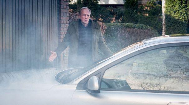 Was kann denn das Auto dafür? - Georg (Ulrich Tukur) und Doris (Martina Gedeck) waren lange das Abziehbild eines glücklichen Paars mit zwei Kindern, Haus und Hund. Doch nun stehen sie vor einem Scherbenhaufen ...