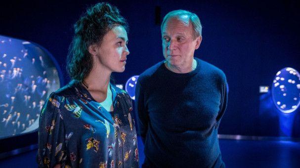 Der Klassiker: Georg (Ulrich Tukur) verliebt sich nach fast 30-jähriger Ehe in seine Doktorandin Laura (Lucie Heinze) und fühlt sich wie in einen Jungbrunnen gefallen.