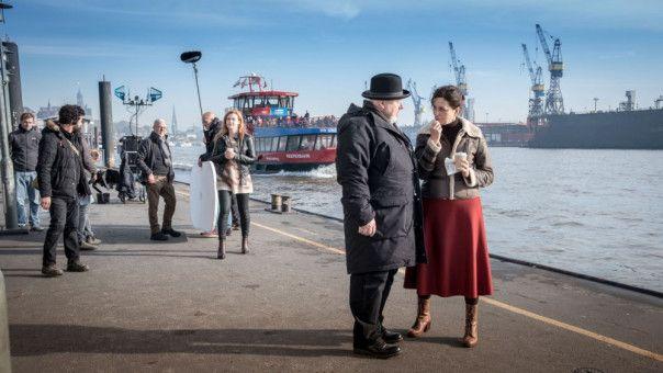 """Dreh vor spektakulärer Kulisse: Regisseur Rainer Kaufmann und Martina Gedeck bei den Dreharbeiten zu """"Und wer nimmt den Hund?"""" mitten im Hamburger Hafen."""