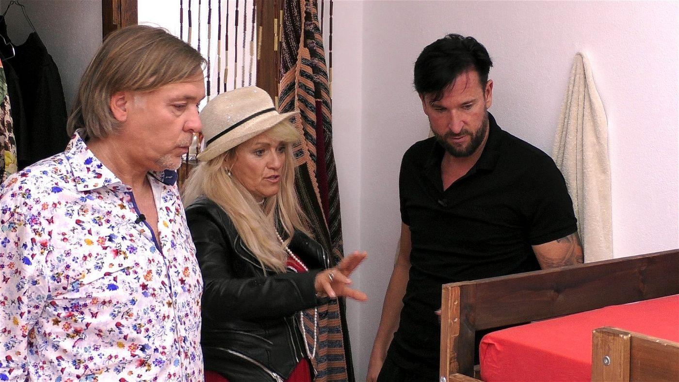 Der Wendler zeigt Sabrina und Thomas die Zimmer.