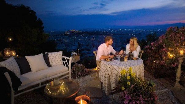 Marco und Gerda lernen sich anschließend beim Candle-Light-Dinner besser kennen.