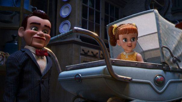 Puppe Gabby Gabby hat es auf Woodys Sprachmodul abgesehen - und schreckt dafür vor keinem Mittel zurück. Unterstützung bekommt sie von ein paar fiesen Grusel-Puppen (links im Bild).