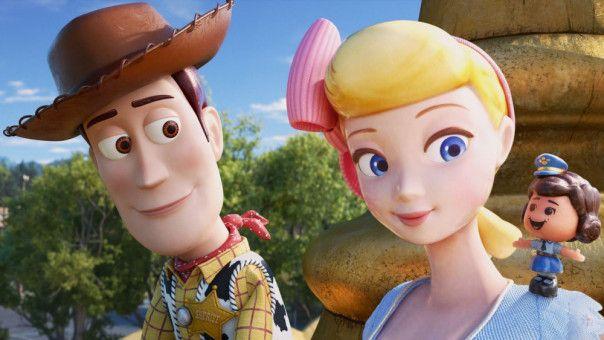 """Woodys Herz schlägt höher, als er seine alte Flamme Porzellinchen wieder trifft, die seit sieben Jahren als """"verlorenes Spielzeug"""" durch die Welt zieht und ihr eigenes Ding macht."""