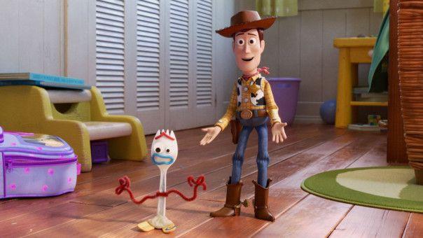 Cowboy Woody (rechts) und der selbstgebastelte Forky sind ein Herz und eine Seele.