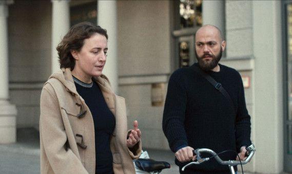 In einem leidenschaftlichen Dialog streitet sich Astrid (Maren Eggert) mit einem Regisseur (Dane Komljen) über das Wesen der Inszenierung.
