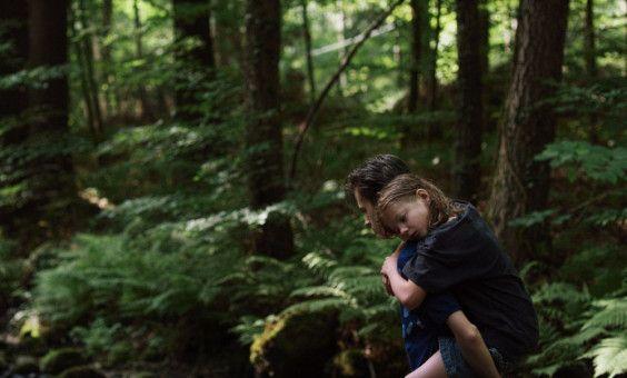 Phillip (Jakob Lassalle) war tagelang verschwunden, seine Schwester Flo (Clara Möller) ist froh, dass er wieder da ist.
