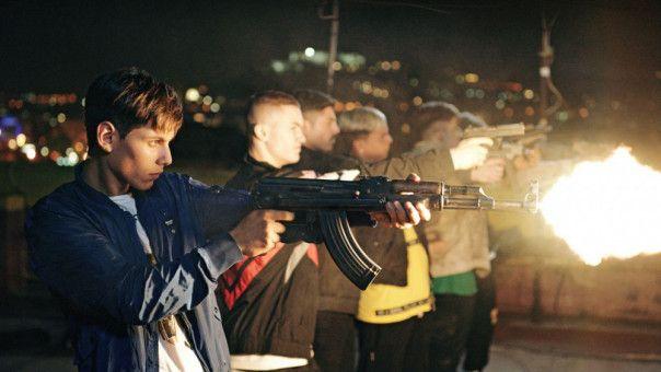 Endlich echte Waffen: Die Bande von Nicola (Francesco Di Napoli) feuert sich die Freude aus dem Leib.