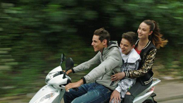 Nicola (Francesco Di Napoli, links) liebt sein Leben als Gansgterboss, seinen Bruder Cristian (Luca Nacarlo) und die schöne Letizia (Viviana Aprea).