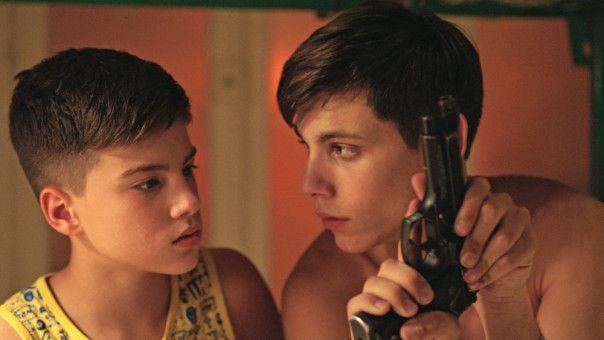 Nicola (Francesco Di Napoli, rechts) will eigentlich nur seine Familie beschützen: Sein jüngerer Bruder Cristian (Luca Nacarlo) ist davon begeistert.