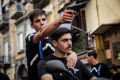 Natürlich wird scharf geschossen: Nicola (Francesco Di Napoli, links) ist wild entschlossen, seine neue Macht im Viertel zu verteidigen.
