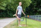 """""""Durch das Laufen werden vor allem die Muskeln stark angespannt, einfache Übungen bringen sie wieder in die richtige Länge. Hier ein Tipp zum Dehnen der Oberschenkelvorderseite. Wichtig: eine gerade Körperhaltung! Wenn Sie nicht auf einem Bein stehen können, können Sie sich gerne an einer Bank oder einer Wand abstützen."""