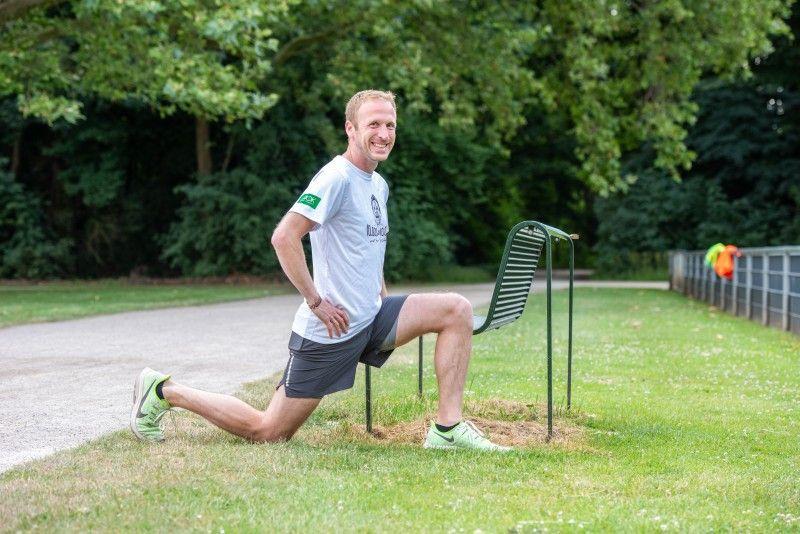 Eine gute Übung für Ihre Hüftmuskulatur: das Gewicht langsam auf das vordere Bein verlagern, den Oberkörper aufrecht halten. Spüren müssen Sie etwas im vorderen Bereich der Hüfte auf der Seite des hinteren Beins. Übrigens: Vor dem Laufen brauchen Sie nicht zu dehnen. Ein paar Lockerungsübungen und dann langsam ins Laufen einsteigen – das ist ideal!
