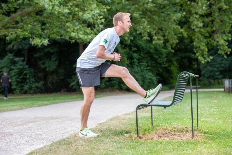 So dehnen Sie die Hinterseite Ihrer Oberschenkel: Setzen Sie den vorderen Fuß auf einer Bank oder einem Baumstamm ab. Halten Sie das Standbein möglichst gerade und beugen Sie sich mit aufrechtem Oberkörper nach vorn. Idealerweise führen Sie jede Dehnübung 20 bis 30 Sekunden lang durch.