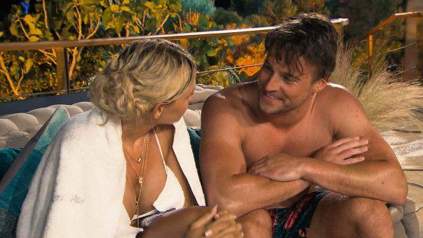 Auch bei der Poolparty vor der Rosenvergabe sucht Alex nochmal das Gespräch mit Gerda.