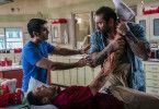 Vic (Dave Bautista, rechts) foltert, Stu (Kumail Nanjiani) beschwichtigt.