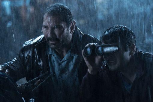 LAPD-Detective Vic (Dave Bautista, links) und Taxifahrer Stu (Kumail Nanjiani) beschatten ihre Zielperson, den Gauner Teijo.