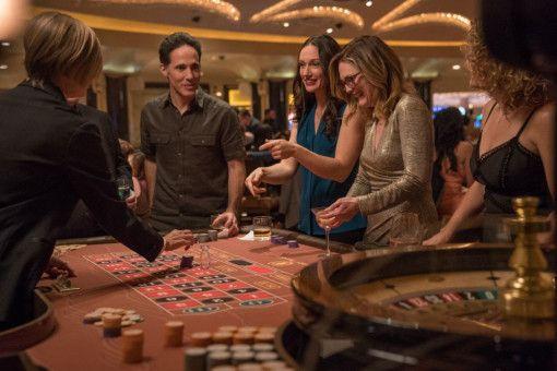 In Las Vegas verbringt Gloria (Julianne Moore, zweite von rechts) die Nacht mit Fremden, nachdem Arnold sie erneut sitzen gelassen hat.
