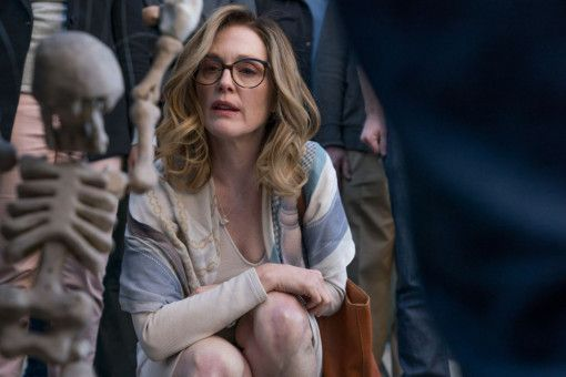 Ein Straßenkünstler erregt Glorias (Julianne Moore) Aufmerksamkeit.