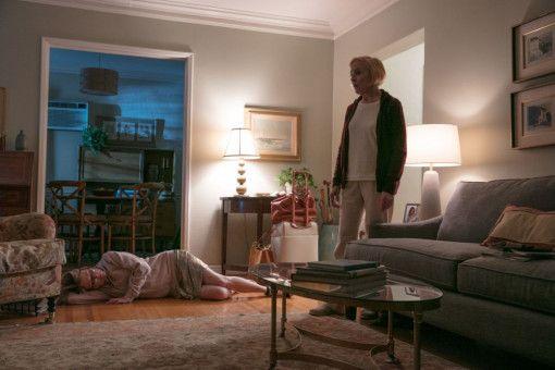 An einem Tiefpunkt ihrer Beziehung mit Arnold lässt sich Gloria (Julianne Moore, links) von ihrer Mutter Hillary (Holland Taylor) umsorgen.