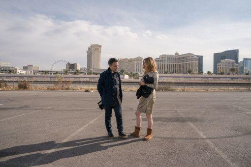 Regisseur Sebastián Lelio bespricht mit seiner Hauptdarstellerin und Muse Julianne Moore letzte Details.