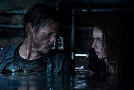 Haley (Kaya Scodelario) und ihr Vater Dave (Barry Pepper) sind im Keller gefangen, und das Wasser steigt.