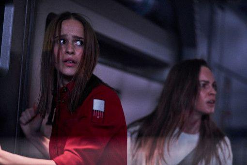 """""""Tochter"""" (Clara Rugaard, links) und die fremde Frau (Hilary Swank) geraten in Bedrängnis."""