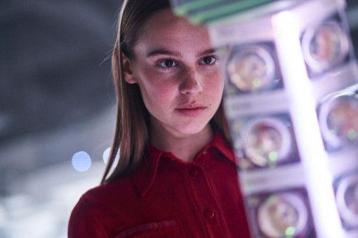 """""""Tochter"""" (Clara Rugaard) betrachtet die in der Bunkereinrichtung eingelagerten Embryonen."""