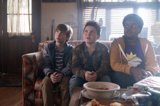 Max (Jacob Tremblay), Thor (Brady Noon) und Lucas (Keith L. Williams, von links)fühlen sich in der Studentenbude, in der sie was zu Rauchen besorgen sollen, einigermaßen unwohl.