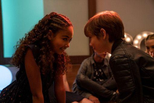 Max (Jacob Tremblay) ist verknallt und möchte Brixlee (Millie Davis) küssen.