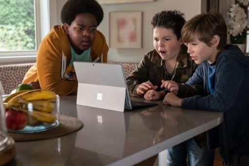 Lucas (Keith L. Williams), Thor (Brady Noon) und Max (Jacob Tremblay, von links) suchen im Internet nach einer Anleitung zum Küssen - und finden: Pornos.