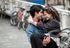 Zwischen Javed (Viveik Kalra) und Eliza (Nell Williams) entwickeln sich Gefühle. Javeds Vater ist von der Damenwahl seines Sohnes allerdings wenig begeistert.