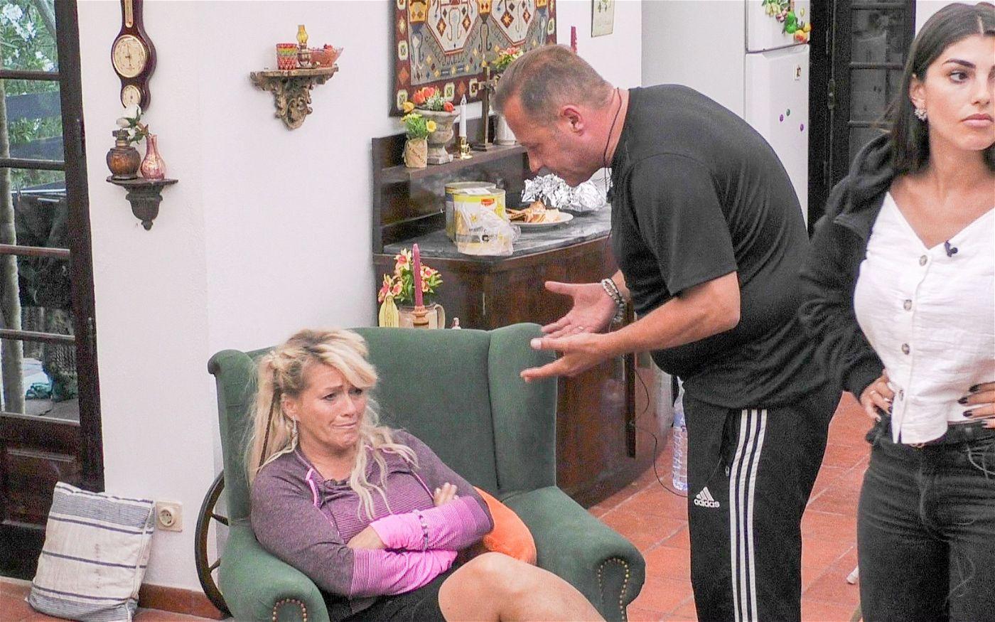 Willi konfrontiert Sabrina, die bricht in Tränen aus.