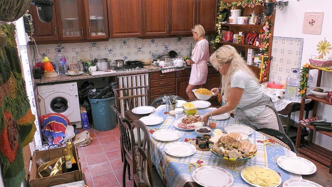Jasmin will zu diesem Anlass Frühstück für alle machen, doch Sabrina mischt sich ein.