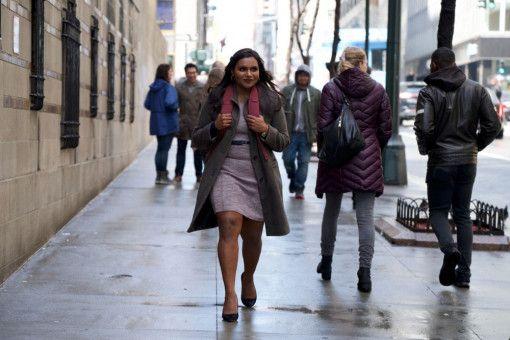 """Molly Patel (Mindy Kaling) macht sich auf den Weg zu ihrem neuen Job als Autorin für """"Tonight with Katherine Newbury""""."""