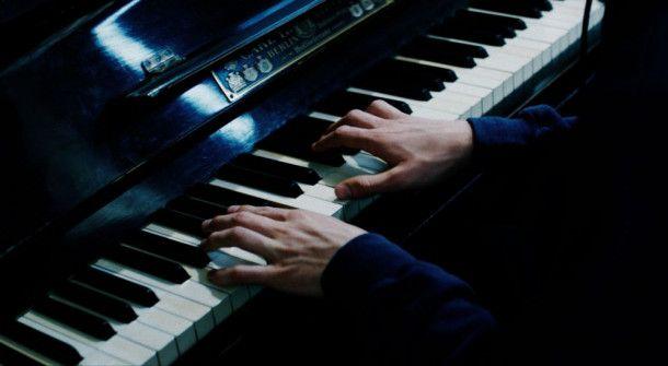"""Für seine Rolle in """"Prélude"""" brachte sich Hauptdarsteller Louis Hofmann das Klavierspielen bei."""