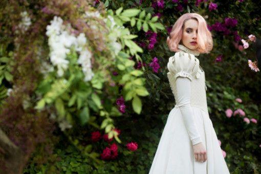 """Uma (Emma Roberts) merkt schnell, dass das Leben auf """"Paradise Hills"""" nicht wirklich paradiesisch ist."""