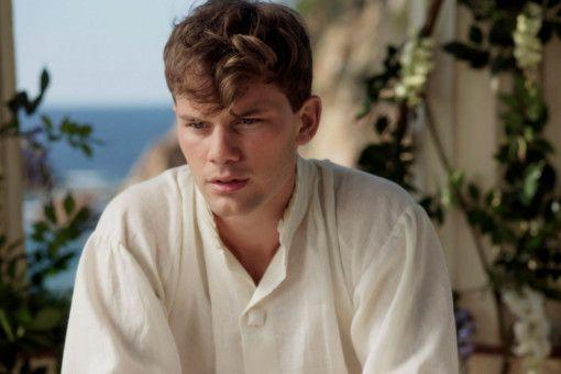 Auf der geheimnisvollen Insel hat sich Markus (Jeremy Irvine) einen Job als Gärtner besorgt.