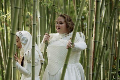 Die rundliche Chloe (Danielle Macdonald, rechts) soll abspecken, will das aber nicht. Und Yu (Awkwafina) hat offenbar psychische Probleme.