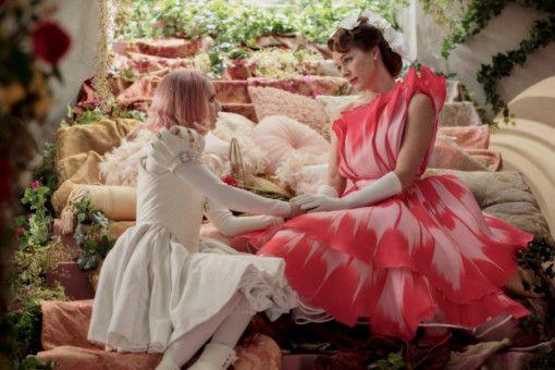 """Die """"Fürstin"""" (Milla Jovovich, rechts) erklärt Uma (Emma Roberts), warum sie in """"Paradise Hills"""" gelandet ist."""
