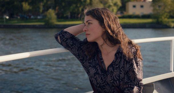 Ava (Henriette Confurius) hat ihr Studium beendet und keine Idee, was sie anfangen soll mit ihrem Leben.