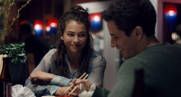 Nachdem sie sich am Theater kennengelernt haben, stürzen sich Ava (Henriette Confurius) und Jonas (Max Krause) in eine Affäre.