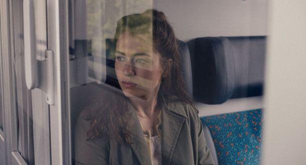 Ava (Henriette Confurius) zieht wieder zu Hause bei ihrer Mutter ein.