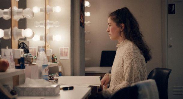 Am Theater erhält Ava (Henriette Confurius) einen Job als Hospitantin.