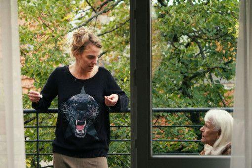 Mit ihrer Enkelin Elli (Kara Schröder, links) genießt Frau Stern (Ahuva Sommerfeld) die größten Freuden des Tages: Kaffee und Zigaretten.