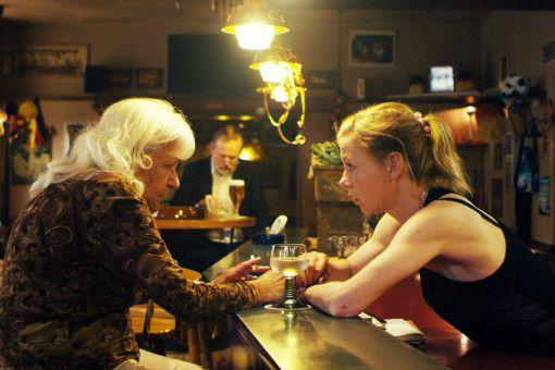 Frau Stern (Ahuva Sommerfeld, links) will unbedingt eine Waffe kaufen. In ihrer Stammkneipe kann ihr aber niemand den Wunsch erfüllen.